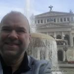 Hubert Baumann - Geschäftstermim auf dem Opernplatz